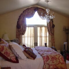 beautiful-arched-drapery-treatment-with-matching-bedding