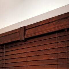wood-cornice-with-keystone-connector-in-the-middle-with-1-inch-returns-over-wood-blinds